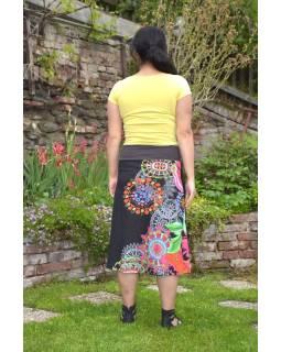 """Čierna sukňa po kolená """"New Jamy"""" s farebnou potlačou, pružný pás"""