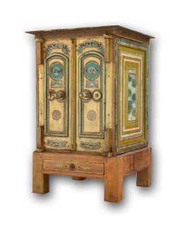Antik trezor, drevený podstavec, 73x58x112cm