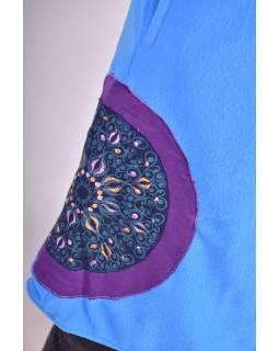 Modrý fleecový kabát s golierom zapínaný na gombíky, farebné aplikácie, potlač