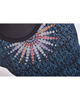 Krátke čierno-modré šaty s krátkym rukávom, modrou potlačou a výšivkou mandaly