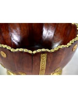 Drevená misa, zdobená mosadzným kovaním, 27x27x14cm
