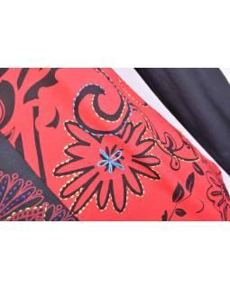 Čierno-červené tričko s krátkym rukávom a potlačou kvetín, výšivka, V výstrih