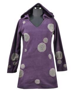 Slivkové mikinové šaty s kapucňou a farebnými aplikáciami, V výstrih