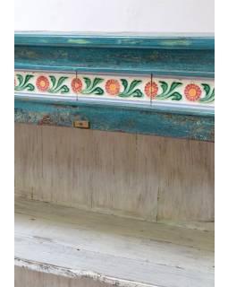 Presklená skriňa z antik teakového dreva zdobená dlažicemi, tyrkysová patina