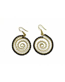 Špirálové visiace náušnice s čierno-bielymi korálky, zlatý kov