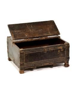 Stará truhla na nožičkách, kovania, ručne vyrezávaná, 37x30x20cm