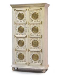 Skriňa z mangového dreva zdobená mosadzou, ručné rezby, biela patina, 101x44x183cm