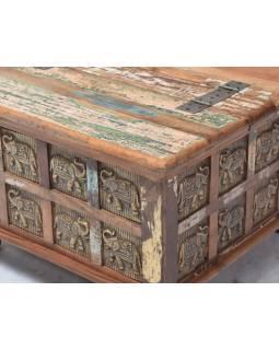 Truhla z teakového dreva, zdobená mosadznými hlavami Budhov, 70x70x45cm