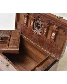 Stará truhla z teakového dreva zdobená mosadzným kovaním, 67x36x44cm