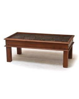 Konferenčný stolík z teakového dreva zdobený starými raznicami, 60x90x45cm