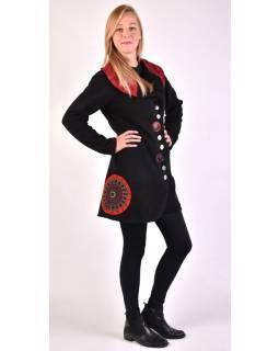 Čierny kabát s golierom zapínaný na gombíky, farebné aplikácie, potlač a výšivka