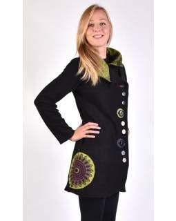 Čierny kabát s golierom zapínaný na gombíky, aplikácie, potlač a výšivka