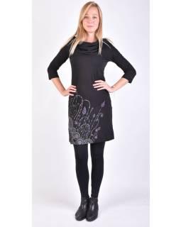 Čierne šaty s kapucňou / golierom, trojštvrťové rukáv, vrecká, potlač a výšivka