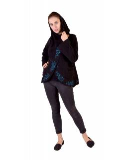 Čierny kabát s kapucňou zapínaný na gombík, kvetinová výšivka