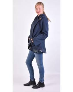 Tmavo modrý kabát s kapucňou zapínaný na gombík, kvetinová výšivka