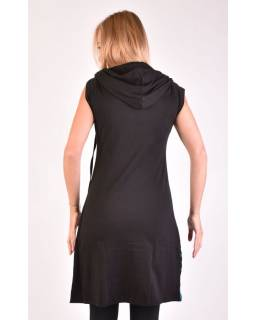 Čierne šaty s krátkym rukávom, kapucňa, kruhové aplikácie