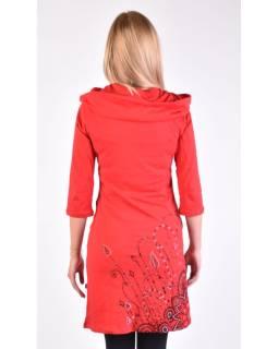 Červené šaty s kapucňou / golierom, trojštvrťové rukáv, vrecká, potlač a výšivka