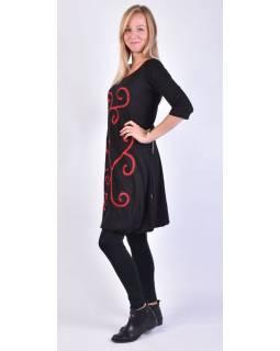 Krátke čierne balónové šaty s 3/4 rukávom a červenými detailami