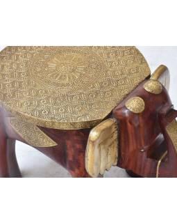 Stolička v tvare slona zdobená mosadzným kovaním, 40x30x30cm