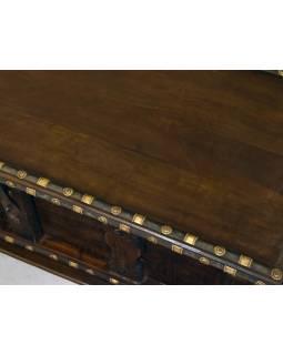 Stará truhla z mangového dreva zdobená železným kovaním, 125x53x49cm