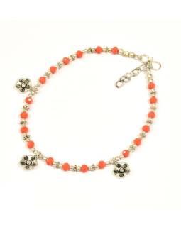 Náramok na nohu, drobné oranžové korálky, strieborné kvety