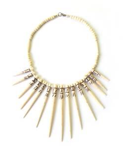 Béžový kostěný náhrdelník s dlouhými bodlinami