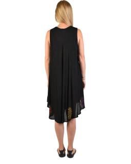 Dlhšie čierne šaty bez rukávov, s farebnou výšivkou, potlač