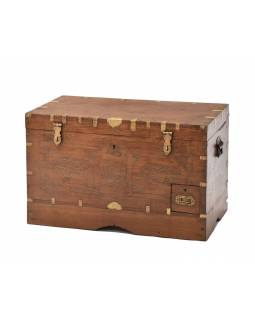 Truhla z teakového dreva zdobená mosadzným kovaním, 75x43x47cm
