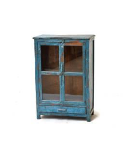 Presklená skrinka z antik teakového dreva, tyrkysová patina, 63x31x92cm