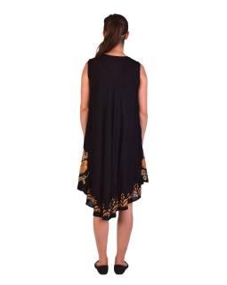 Dlhšie čierne šaty bez rukávov, so žltou výšivkou, potlač