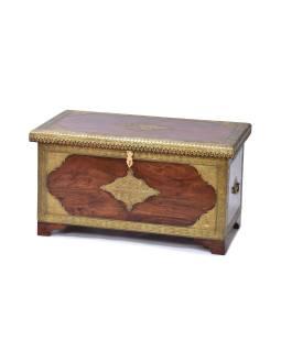 Truhla z akáciového dreva zdobená mosadzným kovaním, 84x45x45cm