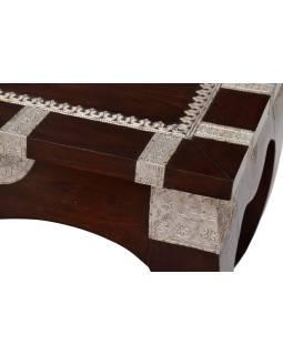 Ópiový stolík z mangového dreva zdobený kovaním, 82x41x42cm