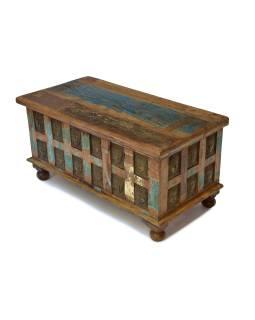 Truhla z teakového dreva, zdobená mosadznými hlavami Budhov, 92x45x45cm