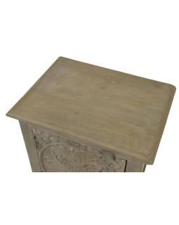 Nočný stolík s vyrezávanými dvierkami z mangového dreva, biela patina 50x38x59cm