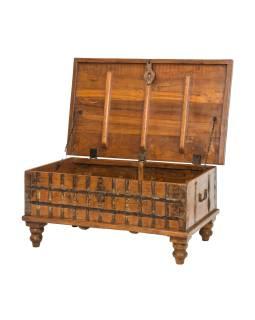 Truhla z teakového dreva, zdobená kovaním, 101x60x46cm