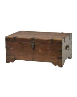 Stará truhla z teakového dreva, zdobená kovaním, 76x50x35cm