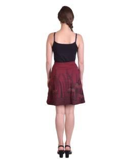 Krátka sukňa, Áčkový strih, vínová s čierno-červenou potlačou kvetín