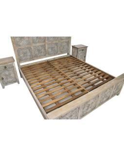 Posteľ z mangového dreva, ručne vyrezávaná, sivá patina + nočné stolíky