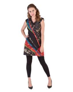 Krátke čierne šaty s krátkym rukávom, jemnou potlačou a farebným dizajnom