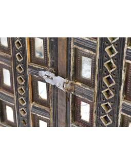 Antik komoda na nožičkách, železné kovania, 147x43x142cm