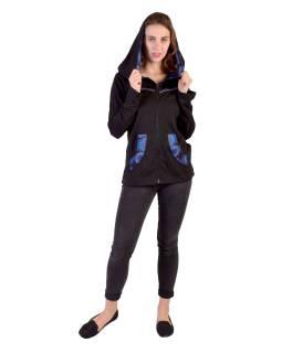 Čierno-tyrkysová mikina s kapucňou zapínaná na zips, vrecká, potlač a výšivka